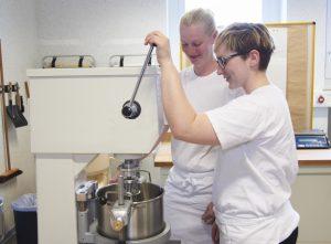 Bäckerinnen bei der Arbeit