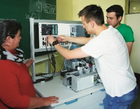 Schüler arbeiten an einem Versuchsaufbau